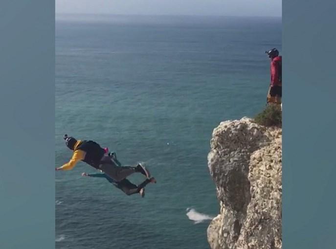 Paraquedista salta de arriba e morre na Nazaré