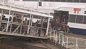 Passageiros revoltados invadem barco no Seixal