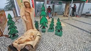 Presépio de madeira feito com motosserra em Monchique