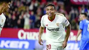 Luis Muriel tem 27 anos, é avançado internacional colombiano e joga na equipa do Sevilha
