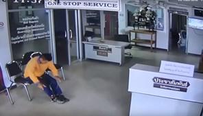 Homem imobiliza cobra que o tenta atacar em esquadra