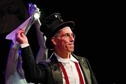 Marc Abrahams, o criador dos prémios Ig Nobel  e editor da revista 'Annals of Improbable Research' ('Anais da Pesquisa Improvável') é um antigo aluno da prestigiada Universidade de Harvard, nos EUA