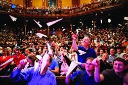 Um momento sempre aguardado em todas as cerimónias de entrega dos Ig Nobel na Universidade de Harvard: quando a assistência atira aviões de papel para o palco