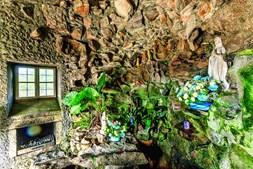 Interior da capela imita espaço onde surgiu a virgem de Lourdes, em França