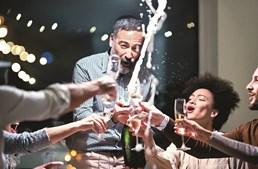 A tradição é brindar à meia-noite com um copo de champanhe