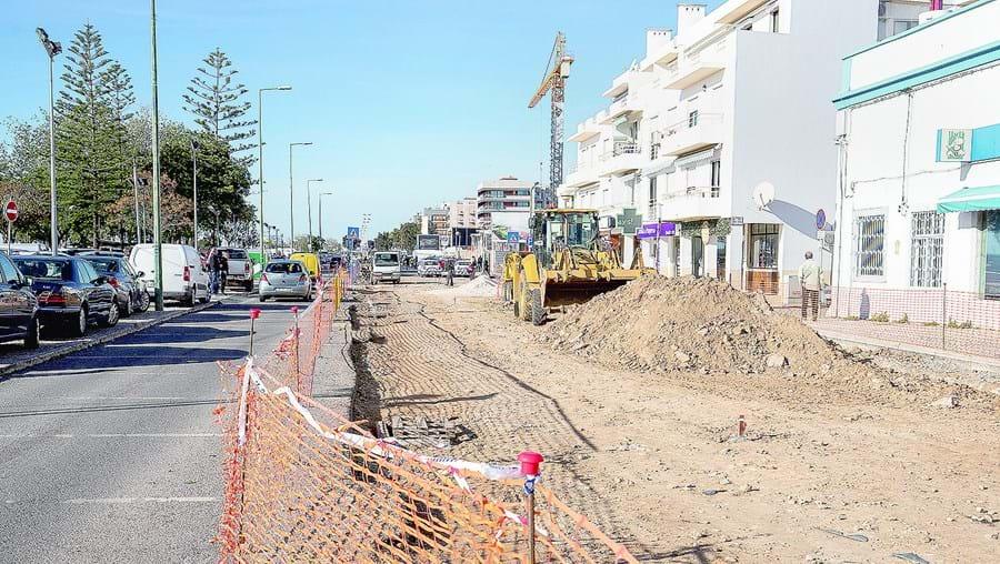 Obras de requalificação estão a condicionar o trânsito na avenida 5 de outubro, uma das mais movimentadas da cidade