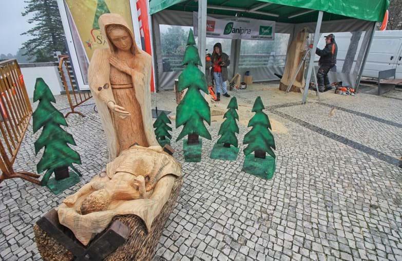 Nelson Ramos de 44 anos aceitou o desafio do presidente da Câmara Municipal de Monchique e está a esculpir até domingo dia 17, um presépio de madeira em tamanho real com moto-serras no largo de Monchique