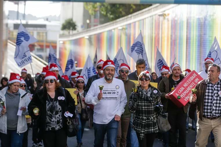 Professores manifestam-se em frente ao Ministério da Educação