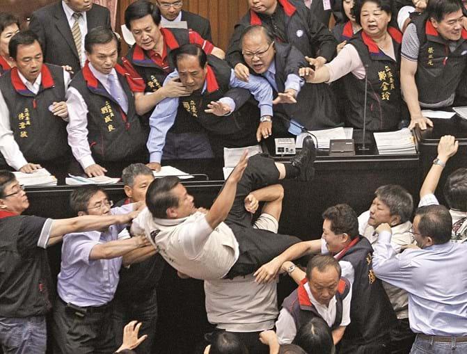 O Parlamento de Taiwan ganhou o Ig Nobel da Paz em 1995 por demonstrar que os deputados ganham maior notoriedade em andar ao murro e ao pontapé do que se declarassem guerra a outros países