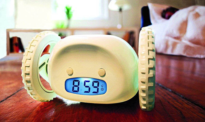'Clocky, o despertador que foge', um relógio com rodas capaz de fugir ao dono que o queira desligar para continuar a dormir, valeu à sua inventora, Gauri Nanda, investigadora do MIT, o Ig Nobel da Economia de 2005