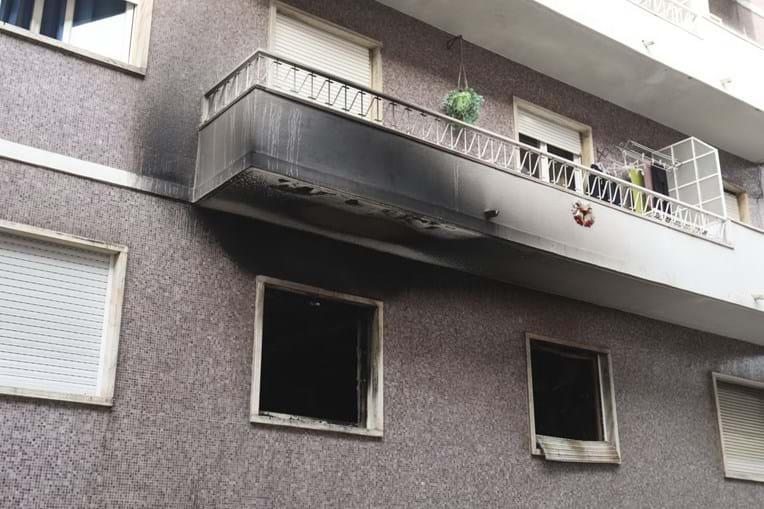 Prédio onde ocorreu incêndio, na rua Leão de Oliveira, em Alcântara. As chamas terão tido origem num aquecedor