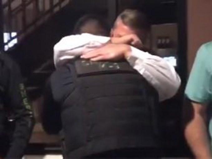 O tratador de Cigo abraçado aos colegas