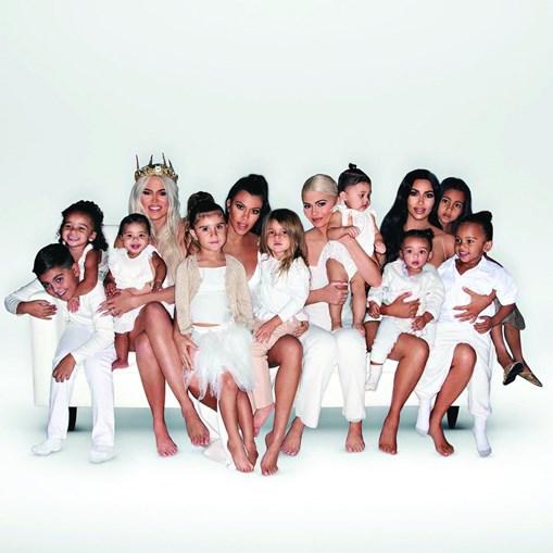 Mulheres posaram com todas as crianças da família