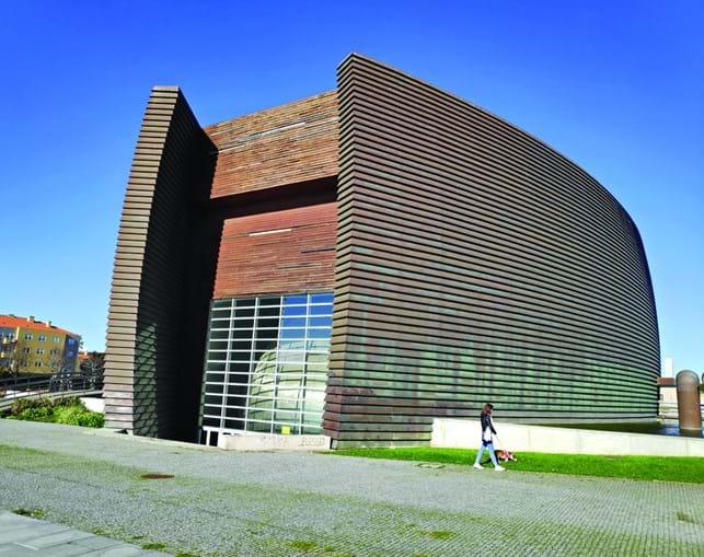 Centro Multimeios de Espinho é um dos espaços culturais do concelho mais procurados e tem diversas falhas no revestimento a madeira