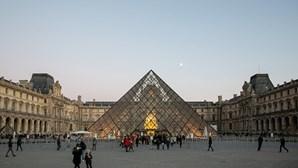 Trabalhadores do Louvre admitem novo fecho do museu contra sobrelotação de visitantes