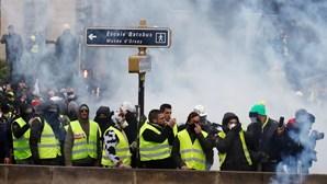 Tensão e chamas na manifestação dos 'coletes amarelos' em Paris