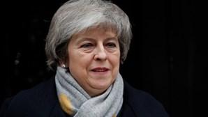 Deputados britânicos chumbam moção de censura contra governo de Theresa May