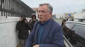 Armando Vara entrega-se na cadeia de Évora