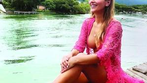 Liliana Santos mostra curvas sensuais em praia no Brasil
