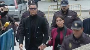 Ronaldo chega ao tribunal de Madrid confiante e acompanhado por Gio