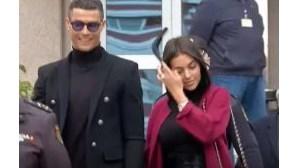 Ronaldo sorridente à saída do Tribunal de Madrid