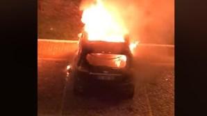 Vídeo mostra carro a ser destruído pelas chamas em Odivelas