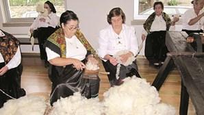 Cachecóis em lã de Bucos dão 'abraço' ao mosteiro de Cabeceiras de Basto