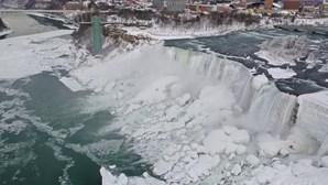 Baixas temperaturas deixaram as cataratas do Niagara congeladas