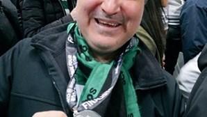 Adepto mostra medalha que Sérgio Conceição atirou para a bancada