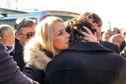 Dália Madruga conforta Marcos Tenório, filho do cavaleiro Joaquim Bastinhas, no funeral do pai em Elvas