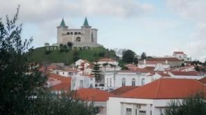 Vista de Porto de Mós com o castelo em fundo