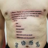 Marido tatua confissão de traição no peito para que mulher o perdoe