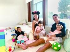 Cristiano Ronaldo com Georgina e os três filhos bebés