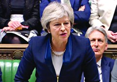 Governo sofreu a pior derrota parlamentar em quase um século e Theresa May tem o cargo em risco