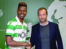 Idrissa Doumbia cumprimenta Frederico Varandas, presidente do Sporting