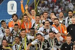 Cristiano Ronaldo marca e levanta o primeiro troféu com a camisola da Juventus