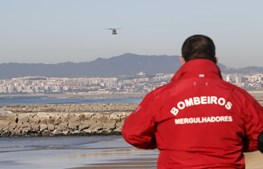 Buscas por bodyboarder na Costa da Caparica