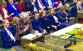Theresa May promete ouvir deputados antes de procurar obter novas concessões junto de Bruxelas