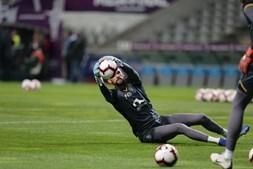 Guarda-redes entram para aquecimento no Estádio de Braga