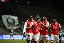 Jogadores do Braga celebram golo de Dyego Sousa ao Sporting