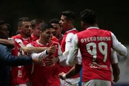 João Novais celebra com os companheiros golo do Braga ao Sporting, mas o lance é anulado pelo VAR
