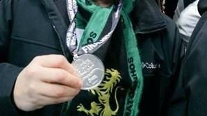 Adepto mostra medalha que Conceição atirou para a bancada