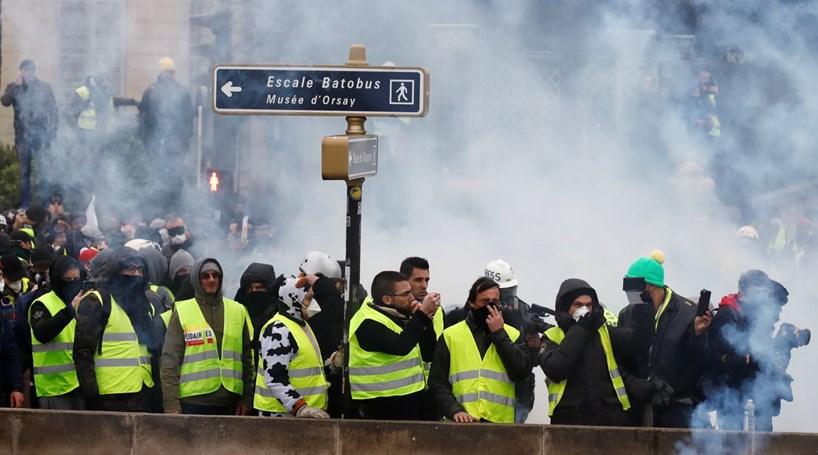 """Resultado de imagem para Tensão e chamas na manifestação dos """"coletes amarelos"""" em Paris"""