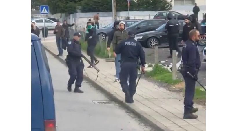 PSP trava espera de adeptos do Ermesinde aos rivais do São Pedro da Cova  com bastonadas decc1ad32570a