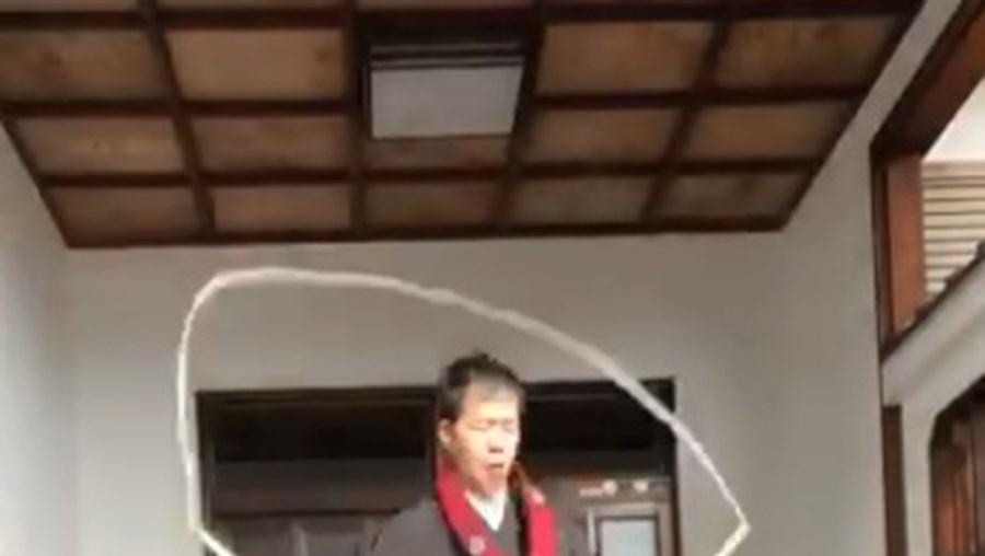 Monges budistas japoneses fazem protesto humorístico