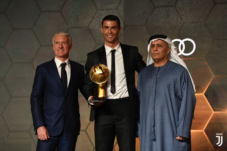Ronaldo vence prémios de melhor jogador do ano e de melhor golo
