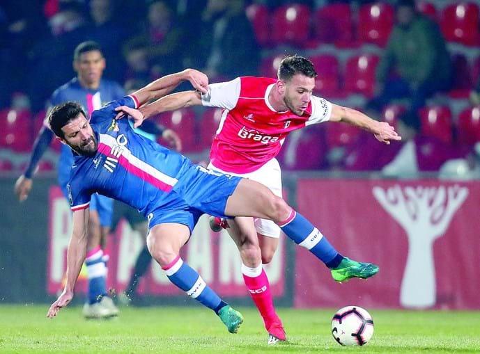 Braga (Desp. Aves) e Sequeira (Sp. Braga) em duelo pela posse da bola, durante o jogo de ontem, na Vila das Aves