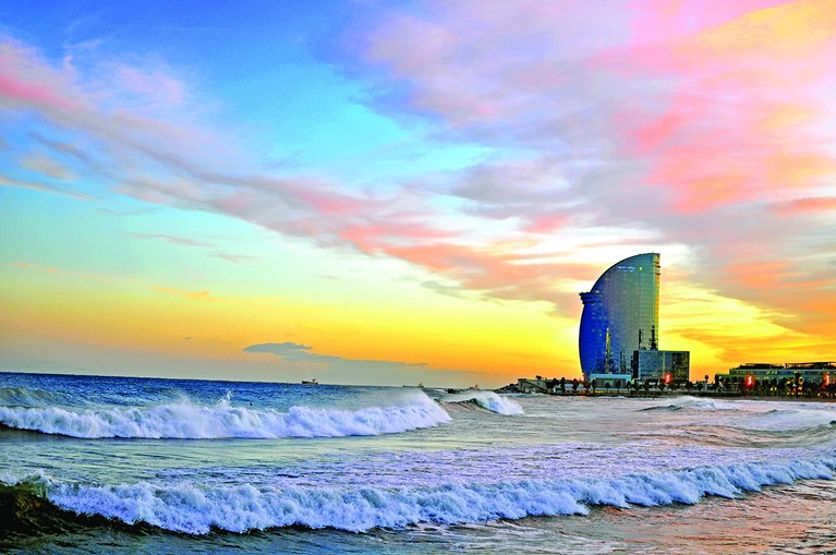 Praia de Barceloneta é um ótimo local para relaxar ao pôr do sol
