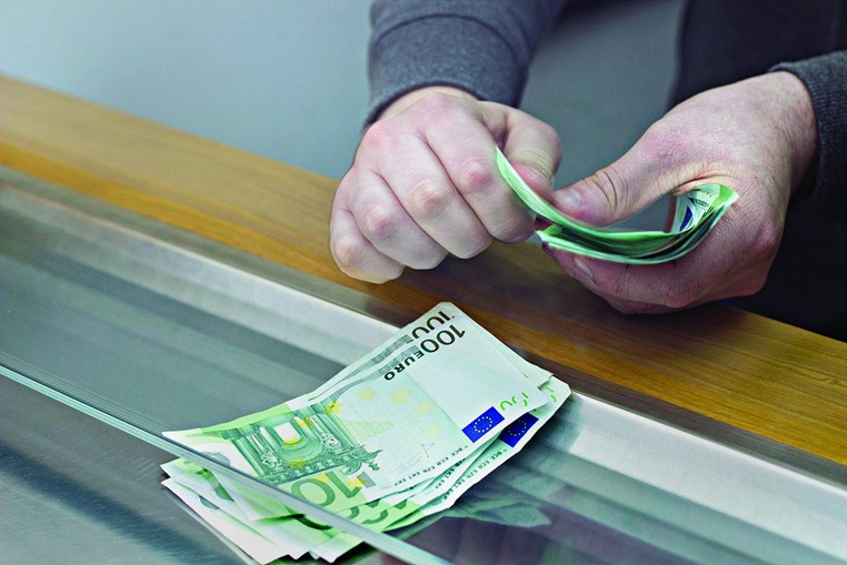 Burlões deslocavam-se aos bancos como clientes e usavam documentos forjados para sacar dinheiro às vítimas