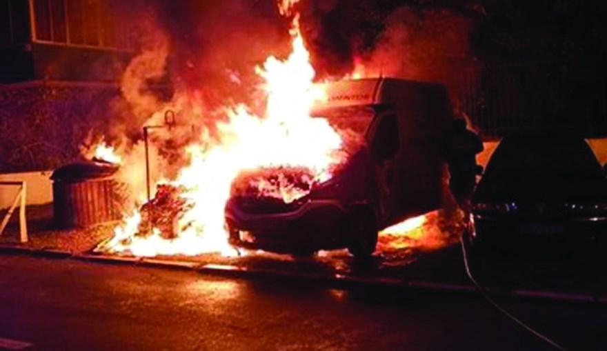 Fogo em ecopontos alastrou a carrinha, na Reboleira, Amadora
